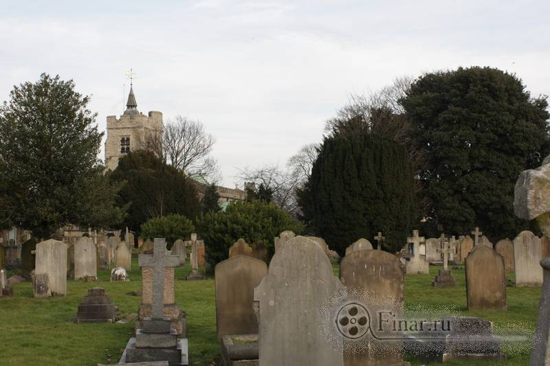 way through Chiswick Parish Church graveyard