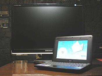 MSI Wind U90 на фоне 22 дюймового монитора